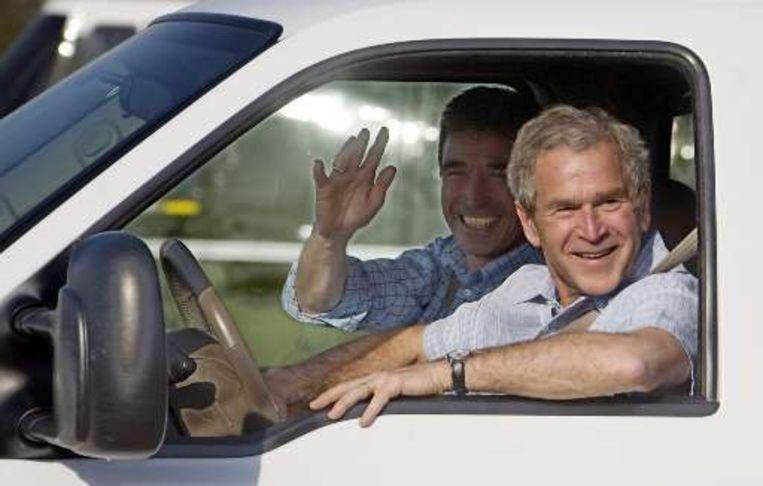 Bush neemt de Deense premier Rasmussen op sleeptouw.