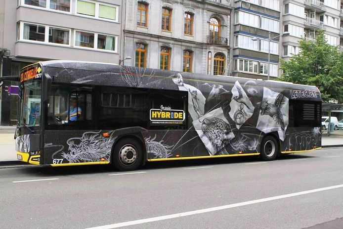 """NOIR Artiste a misé sur une """"galerie ambulante"""" avec des dessins qui expriment un mouvement destiné à accompagner le bus dans ses déplacements."""