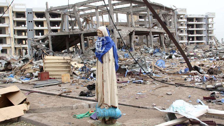 Een Maria-beeld tussen de ravage in Brazzaville. Beeld ap