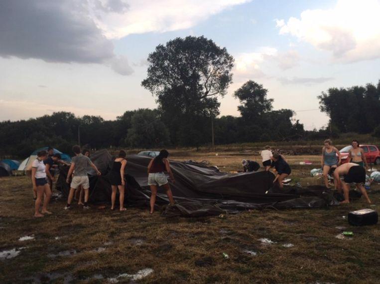 Vrijdagmorgen werd de schade opgemeten. De ravage was groot, maar intussen staan de tenten alweer recht.