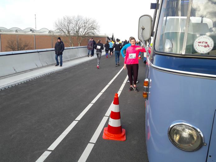 Tijd voor een foto bij de bijzondere bussen op de nieuwe busbrug.