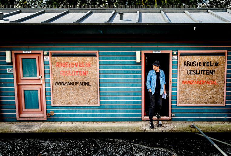 Belangstellenden bekijken de voormalige prostitutieboten aan het Zandpad in Utrecht. De gemeente trok in 2013 de vergunning in voor de exploitatie van de prostitutieboten, wegens verdenking van mensenhandel. Beeld ANP