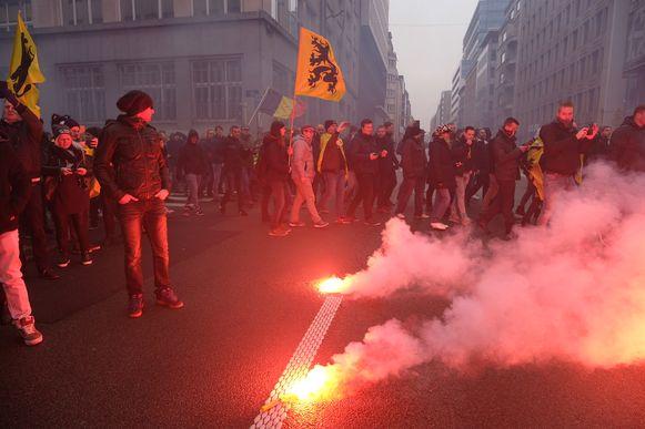 De betogers brachten ook rookbommetjes en voetzoekers mee.