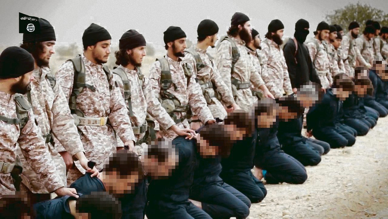 Fragment van een IS-propagandafilm, waarin Abu Abdoellah al Faransi een van de beulen is die 18 Syrische soldaten en een westerse gijzelaar executeren. Beeld