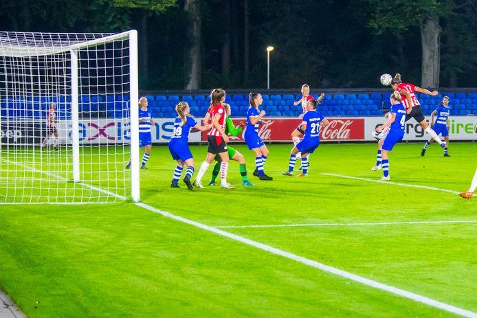 Kyah Simon kopt PSV naar 2-1 tegen PEC Zwolle