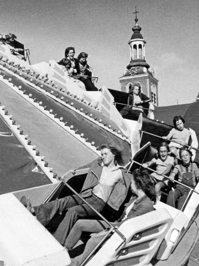 Archieffoto's Kermis in Roosendaal, Kermisattractie Hully Gully op de Markt in Roosendaal in 1973. archieffoto BNDeStem/Ben Steffen