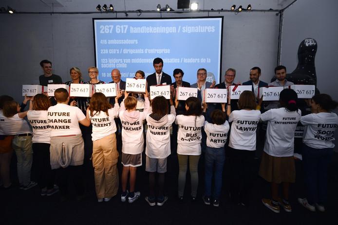 """Les responsables de la coalition """"Sign for my future"""" ont officiellement remis leur pétition signée par 267.617 Belges."""