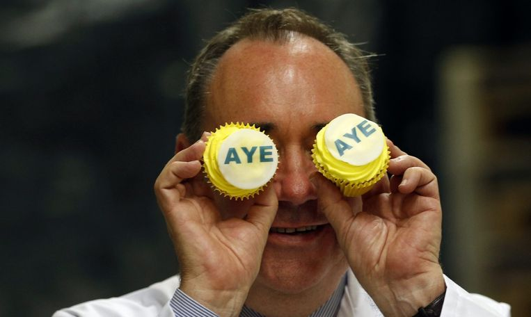 De Schotse eerste minister Salmond toont zijn 'Aye-cakes' Beeld reuters