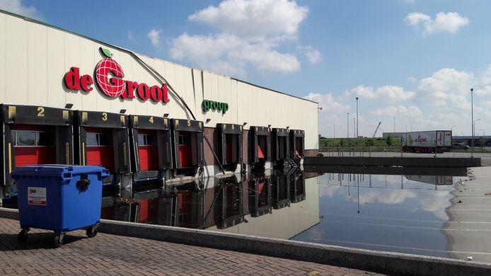 Een flink deel van fruitbedrijf De Groot Fresh Group in Hedel is buiten bedrijf na de hevige regenval van dinsdagavond.