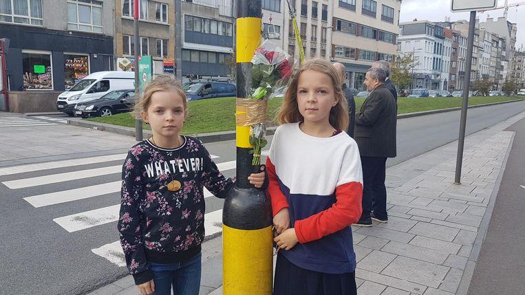 Zusjes Mila en Aiko hingen bloemen op voor de 27-jarige fietsster die omkwam bij het dodehoekongeval.