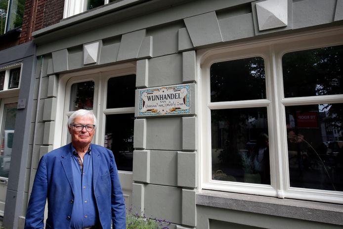 Bert van 't Land voor de woning van de voormalige wijnhandel aan de Burgstraat.