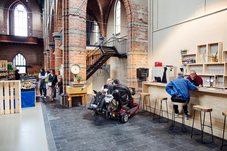 In een dwarsbeuk van de voormalige Maria Hemelvaartskerk, de Cuyperskerk in Sas van Gent, zit nu een bar.