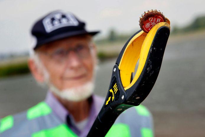 Vrijwilligers ruimen het strandje in Woudrichem dagelijks op, er liggen vooral veel bierdoppen. (Archiefbeeld).