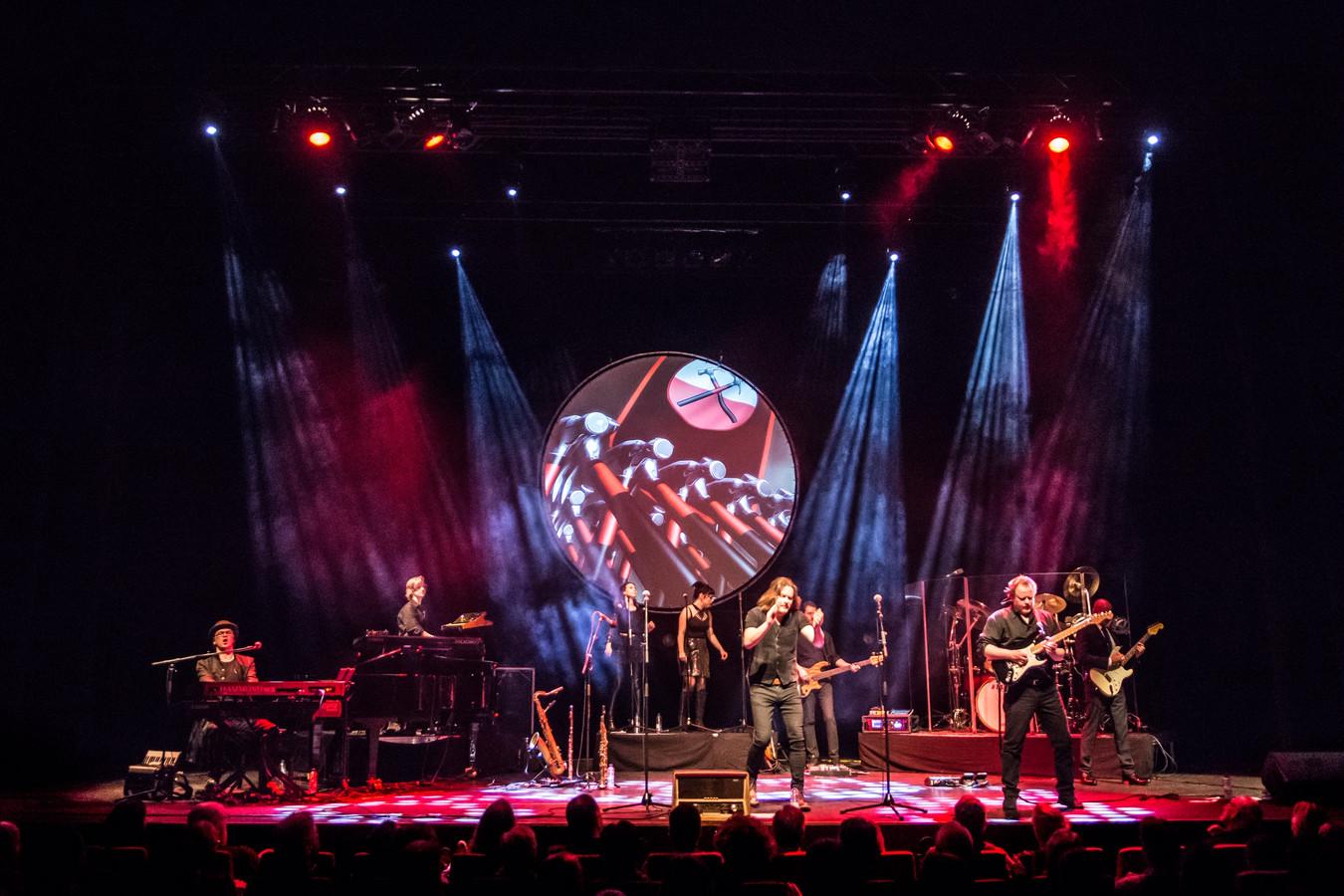 Delftse band Symphonic Rock Night tijdens liveshow.