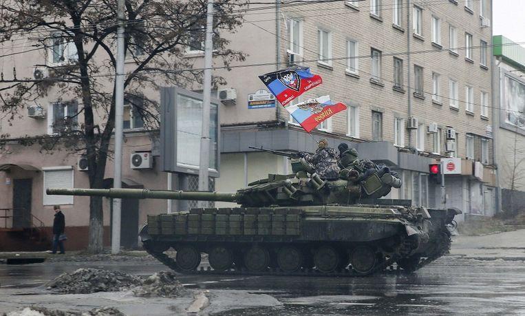 pro-Russische separatisten rijden rond op een tank in Donetsk. Beeld Reuters