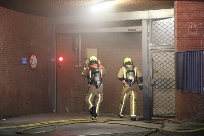 De brand ontstond in een parkeergarage aan de Van Nagelhof.