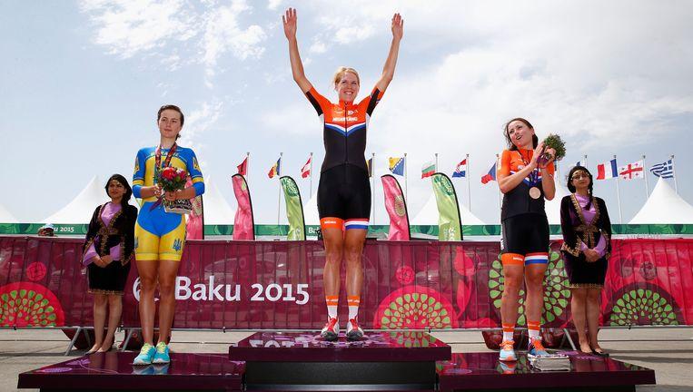 Ellen van Dijk op het podium in Bakoe, Azerbeidzjan na haar winst op de tijdrit. Beeld null