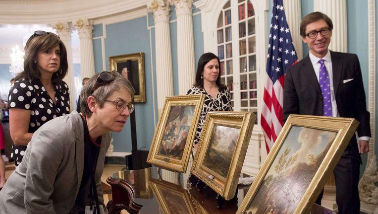 De schilderijen die dinsdag aan de Duitse ambassadeur in de VS werden overgedragen. Beeld AFP