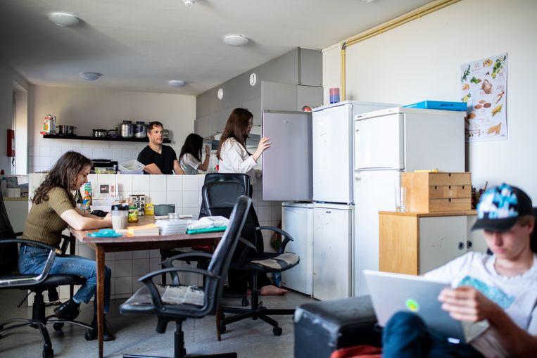 Dorith Blijleven, Jako Strobbe, Yanti Crum, Sarah Nasrawi en Joshua van den Hurk in de woonkamer van hun studentenhuis op het Bijltjespad.  Beeld Nosh Neneh