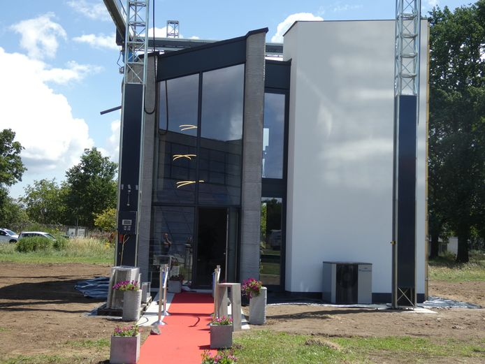La maison présente une superficie habitable de 90 m² et s'élève à 8 mètres de haut. Il n'a fallu presque aucun ouvrier pour la construire. En effet, une imprimante 3D géante a fait la majorité du boulot toute seule.