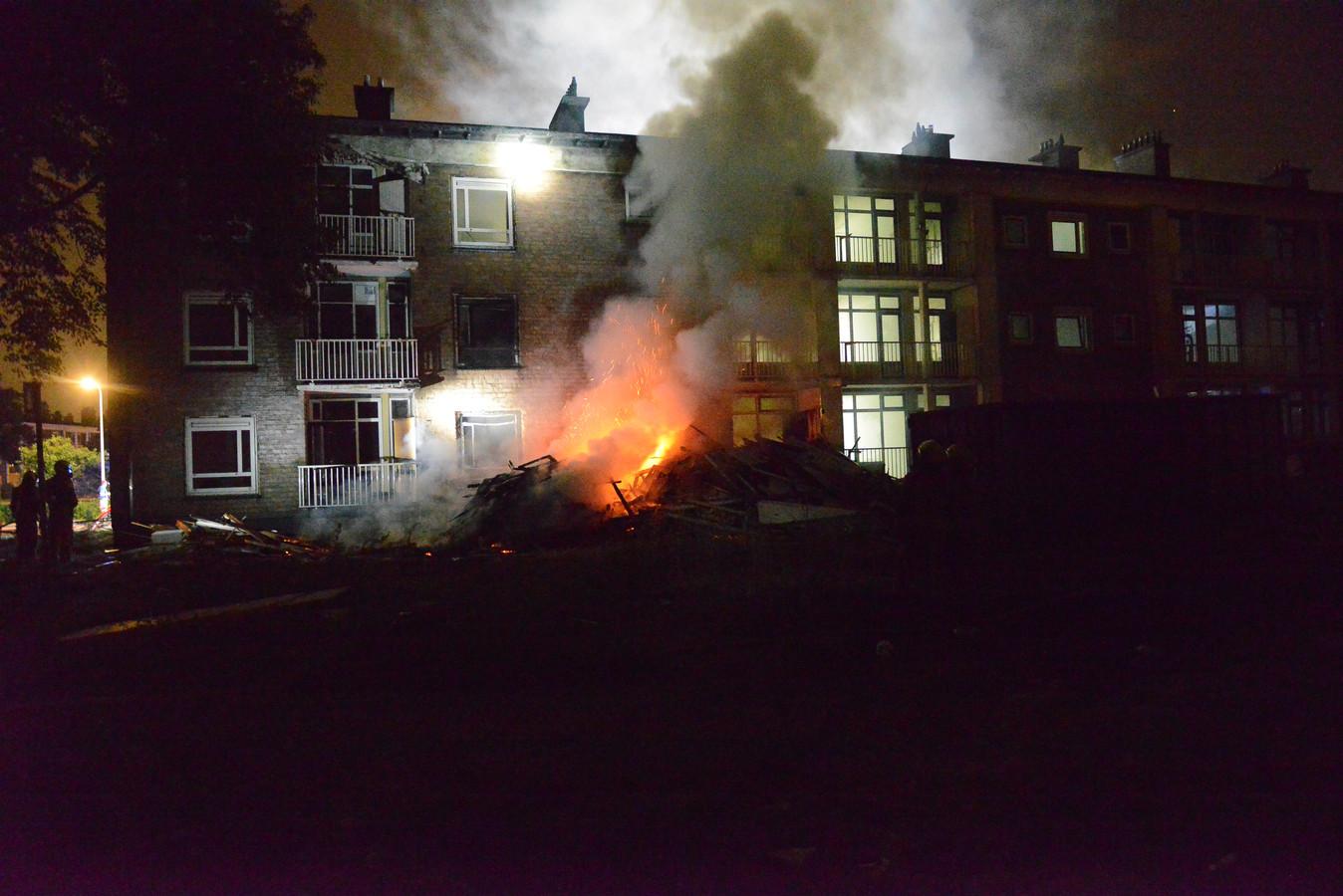 Een stapel hout stond in brand in de Verwoldestraat.