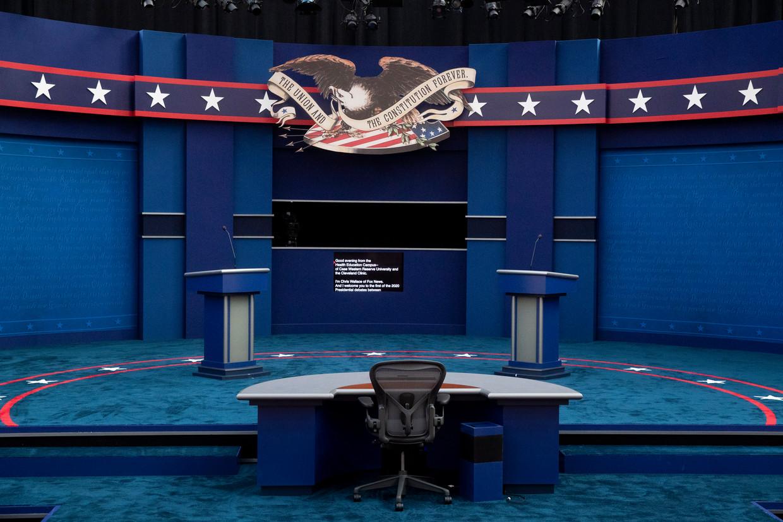Het podium van het eerste debat tussen Joe Biden en Donald Trump op 30 september.  Beeld EPA