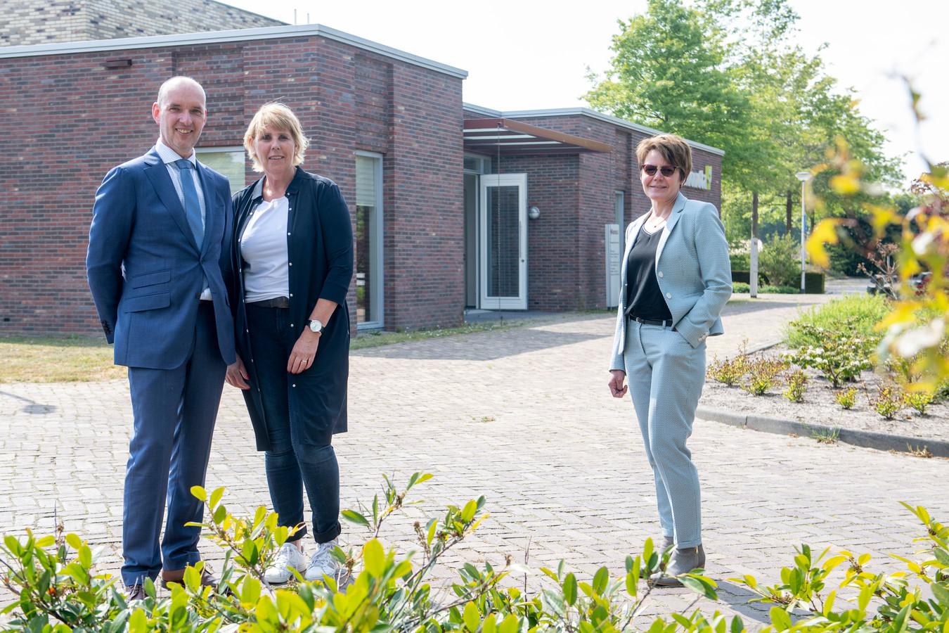 Onno en Vera van Andel (links in beeld) hebben het uitvaartcentrum in Holten overgenomen. Waarschijnlijk beginnen ze eind mei al met uitvaarten, waarbij ook Marian Aaltink (rechts) assisteert.