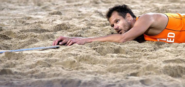 Reinder Nummerdor ligt uitgeteld in het zand na het verlies in de finale. Beeld anp