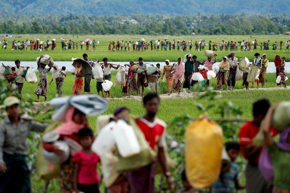 Lange rijen Rohingya-vluchtelingen ontvluchten Myanmar en trekken buurland Bangladesh binnen in oktober 2017.