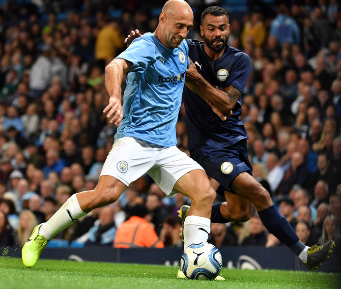 Zabaleta (l) in duel met Ashley Cole.