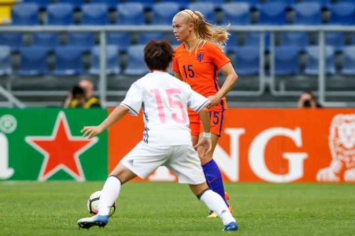 Kika van Es met Oranje tegen Japan.