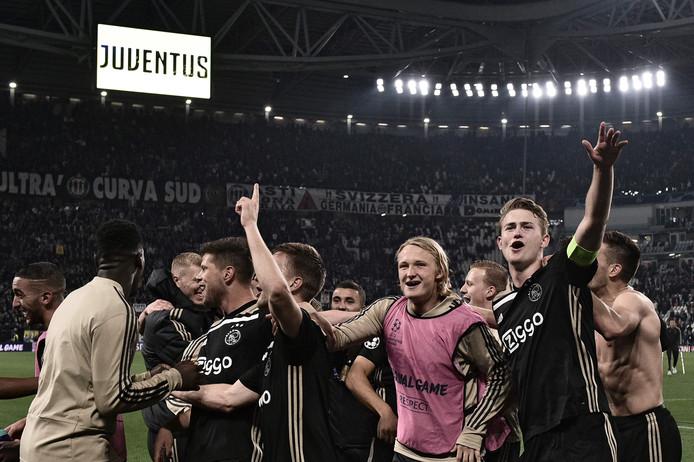 Matthijs de Ligt (rechts) en Kasper Dolberg na de winst van Ajax bij Juventus.