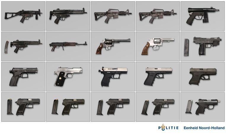 De wapens die in de gestolen Renault in de garagebox werden gevonden. Beeld Politie