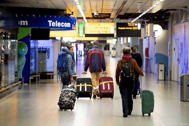 Reizigers van de eerste repatriëringsvlucht afgelopen maart op Schiphol. Beeld ANP