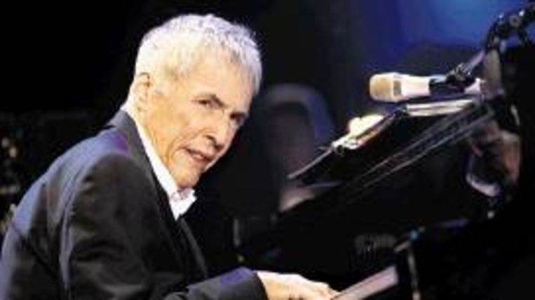 Burt Bacharach achter de piano. (Trouw) Beeld