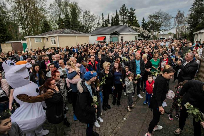 Veel mensen liepen zondagavond mee in de stille tocht voor de overleden Inke uit Arnhem.