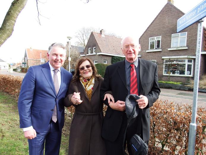 Annemie van Zuilen in het midden met rechts Henk Reefhuis en links de Ommer burgemeester Hans Vroomen