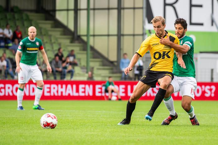 Finn Stokkers, hier in duel met Fabian de Abreu, is onder de indruk van het spel van teamgenoot Luka Ilic.