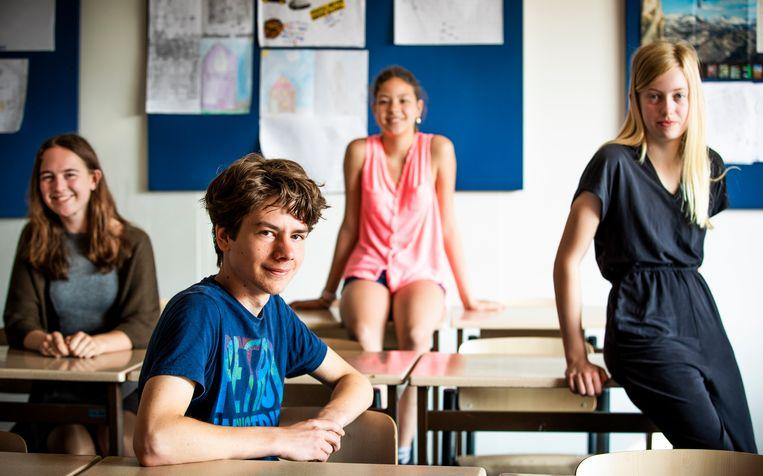 Eva (17), Max (14), Arinda (13) en Ava (12) van Wolfert Tweetalig in Rotterdam. Beeld Freek van den Bergh