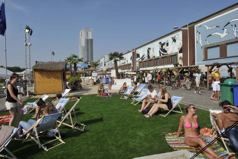 Brusselaars en toeristen genieten van de eerste dag van Brussel Bad op de Akenkaai.
