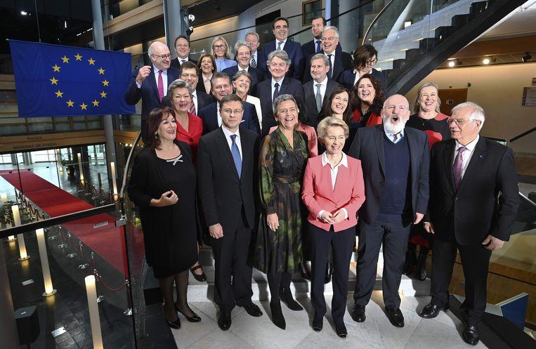 Eerste groepsfoto (in Straatsburg) van de nieuwe Europese Commisie met voorzitter Ursula von der Leyen in het midden en rechts van haar Frans Timmermans.  Beeld AFP