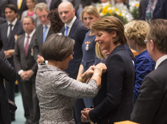 Elly Blanksma krijgt de ridderorde opgespeld van Gerdi Verbeet. Foto Phil Nijhuis/ ANP.