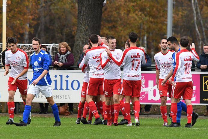 Archiefbeeld: De voetballers van Volharding vieren de openingstreffer tegen Olympia'18.