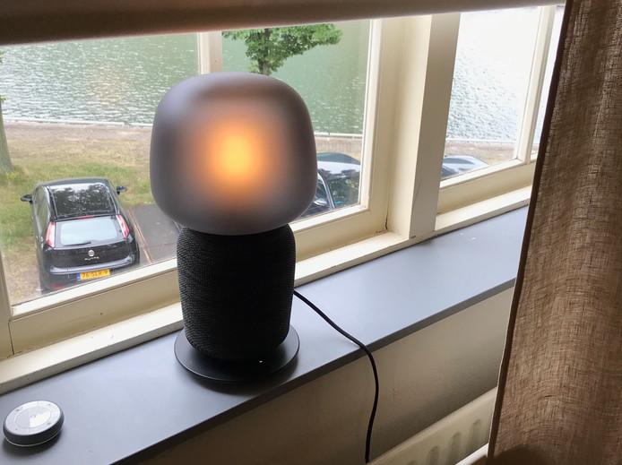 De tafellampspeaker van Ikea. Het peertje is een op afstand bestuurbare 'slimme lamp' die van kleur en dus ook sfeer kan veranderen. De voet van de lamp is de geluidsbox.