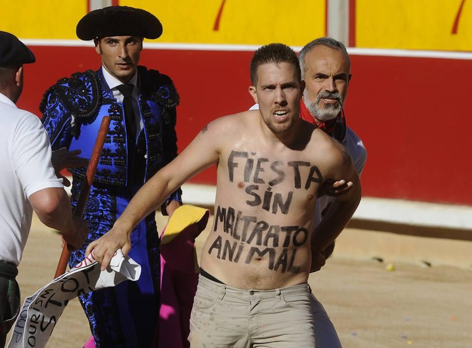 Peter Janssen, de Vegan Streaker, verstoorde afgelopen jaren al tientallen stierengevechten.