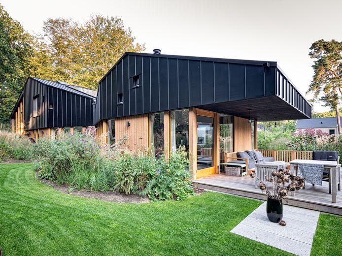 Het huis met staart, met links de kop en rechts de staart. In de meanderende, ruime tuin staat voornamelijke onderhoudsvrije beplanting.