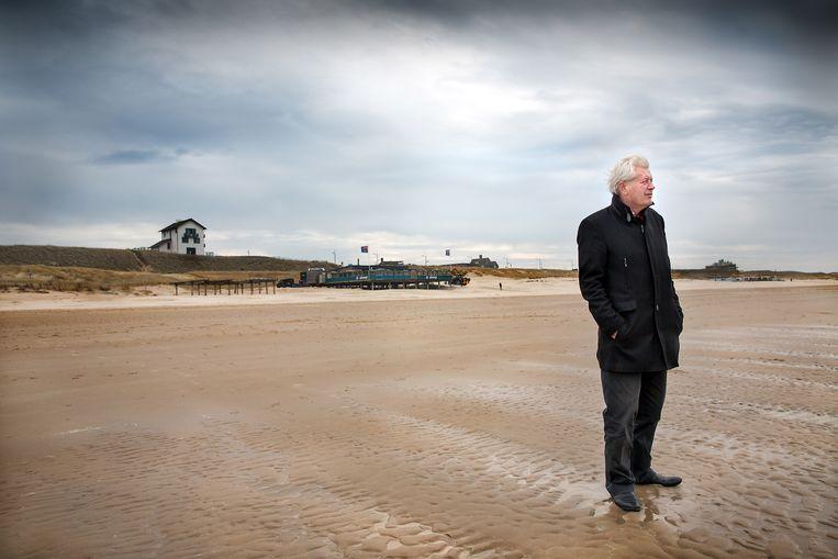 Auteur Sjoerd Kuyper op het strand bij Bergen aan Zee Beeld Werry Crone