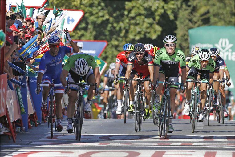 Hofland (R) komt de finish over. Beeld belga
