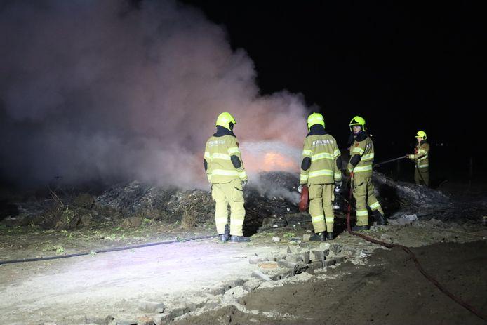 De brandweer blust het vuur.