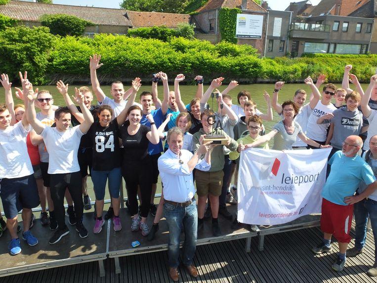 De roeiers van Leiepoort campus Sint-Hendrik winnen de beker.